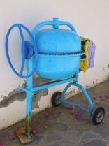 Konsequent griechisch: Auch die Mischmaschine ist blau