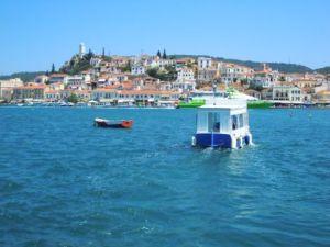 Blick von Galatas auf Poros. Im Vordergrund ein Wassertaxi