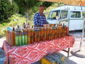 Straßenhändler mit Honig und Selbstgebrannten