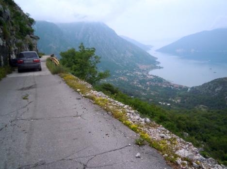 Am Balkon über dem Meer: Alte Straße nach Risan, heute ein Wanderweg