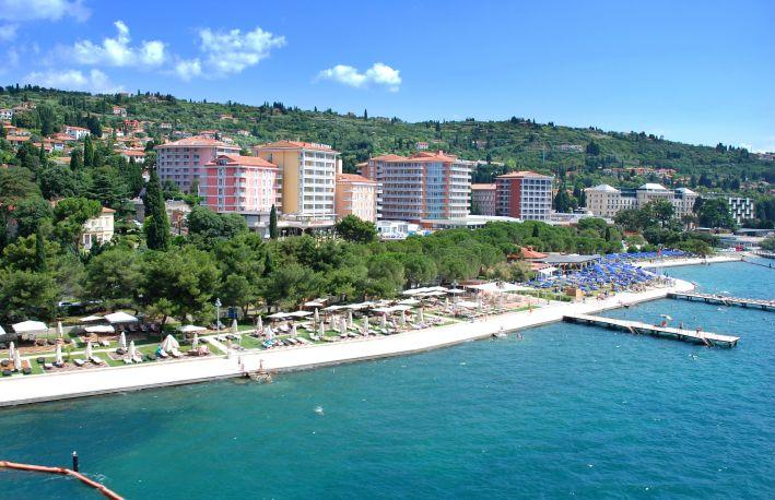 Der LifeClass-Hotelkomplex beherrscht die Skyline des slowenischen Kur- und Badeortes Portoro