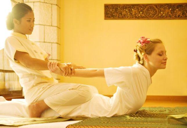 Ein Team aus Thailand stretcht und massiert im Massage-Zentrum Wai Thai