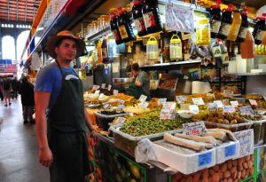 Köstliche Oliven in der Markthalle . . .