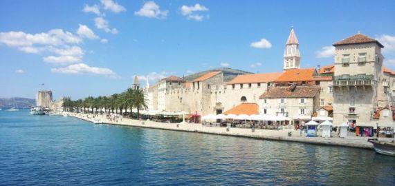Trogir: Promenade am Kanal