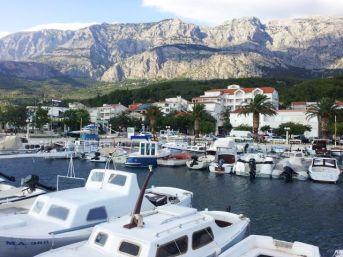 Hafen von Makarska mit Bilkovo-Gebirge