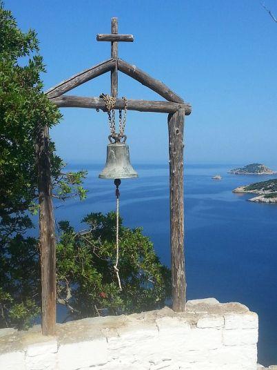 Blick von der Klosterkirche Agii Anargiri auf die Küste von Alonnisos