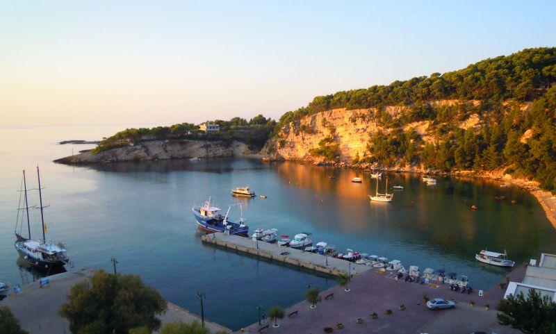 Blick von der Pension Panorama auf den Hafen von Patitiri