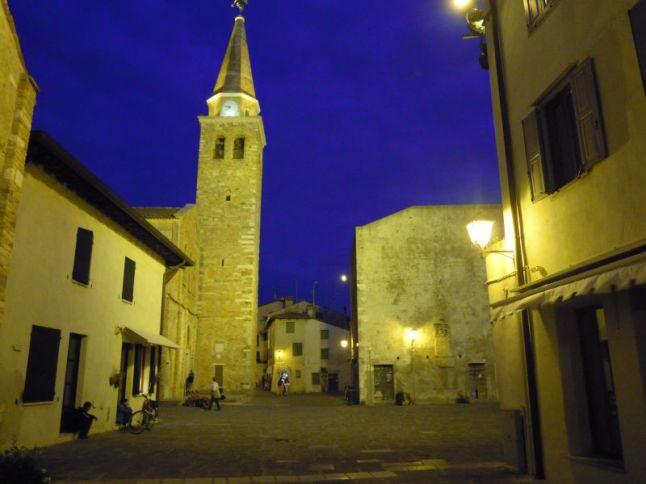 Romatisches Grado bei Nacht: Basilika . . .