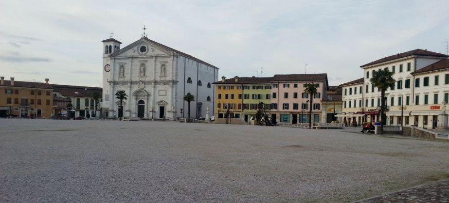 . . . mit großer Piazza in der Mitte