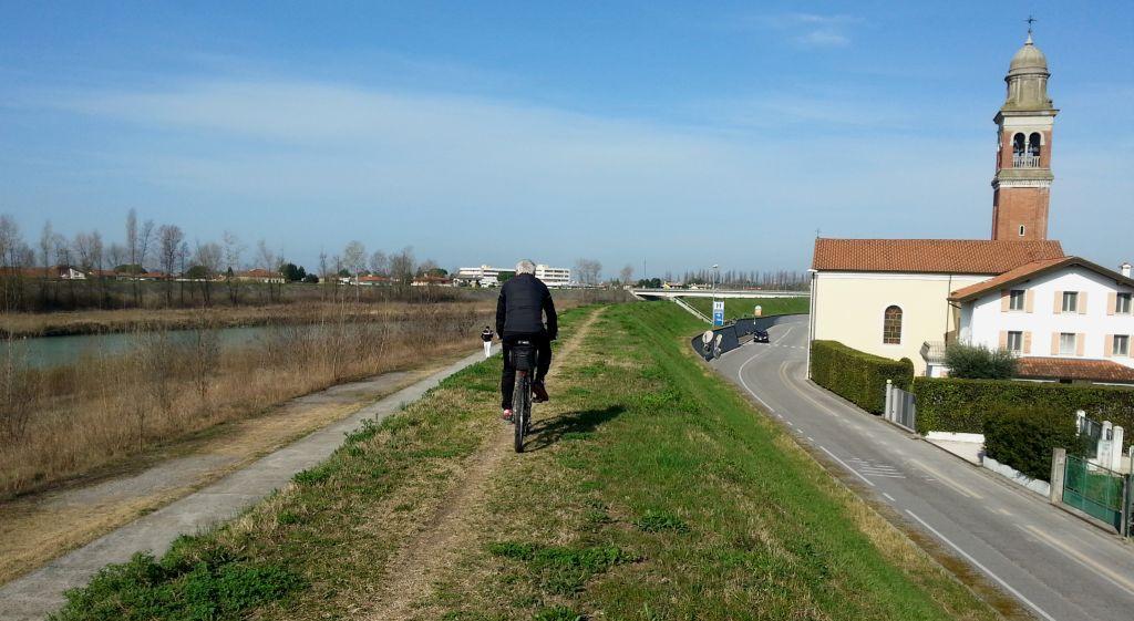 Rad fahren am Fluss Tagliamento